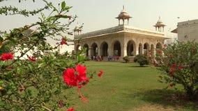 De zaal van Privé Publiek Diwan I wordt Khas in historisch Rood Fort geconstrueerd van wit marmer, Delhi, India, 4K-lengte stock video