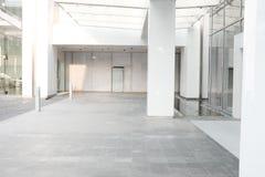 De zaalbinnenland ochtend van de Bedrijfs de bouw achtergrondbureauhal stock afbeeldingen