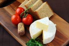De zachte kaas van delicatessen met brood, tomaten Stock Afbeeldingen