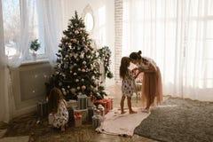 De zachte moeder spreekt met haar weinig dochter terwijl haar tweede Li royalty-vrije stock foto