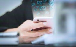 De zachte nadruk van Hand van een zakenman die een telefoonpictogram houden verschijnt Stock Afbeelding