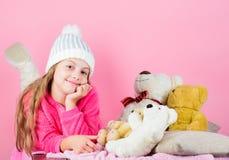 De zachtheid is zeer belangrijk Van de de greepteddybeer van het kind klein meisje speels de pluchestuk speelgoed Het spel van he royalty-vrije stock foto