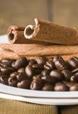 De zaden en de kaneel van de koffie stock foto