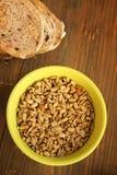 De zaden en het brood van de zonnebloem stock foto