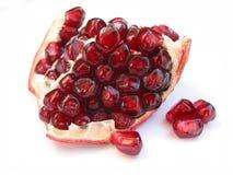 De zaden van de granaatappel op wit Royalty-vrije Stock Afbeeldingen