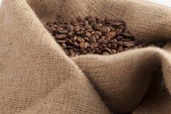 De zaden van de koffie op zak Stock Foto's