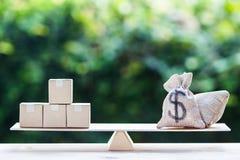 De zak en de leveringsproducten van de gelddollar op saldoschaal op houten royalty-vrije stock foto's