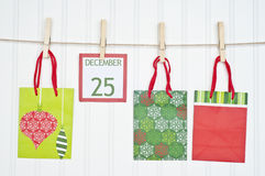 De Zak van de gift en de Pagina van de Kalender van Kerstmis Stock Afbeeldingen