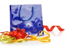 De zak van de gift met boog en linten stock afbeeldingen