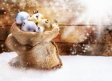 De zak van de jute met de snuisterijen van Kerstmis Stock Afbeeldingen
