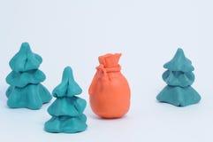 De zak van de plasticine van de giften van Kerstmis tussen spar Stock Foto