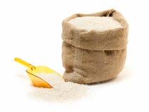 De zak van de rijst en transparante plastic lepel Stock Afbeelding