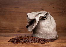 De zak van het canvas met koffiebonen Stock Afbeelding