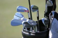 De zak van het golf en de reeks clubs stock foto's