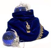 De zak van het nieuwjaar die met twee donkerblauwe ballen wordt verfraaid Stock Foto's