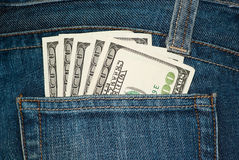 De zak van jeans met $100 rekeningen Stock Afbeeldingen