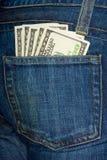 De zak van jeans met $100 rekeningen Royalty-vrije Stock Afbeeldingen