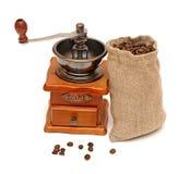 De zak van koffiebonen met houten koffiemolen Stock Foto's