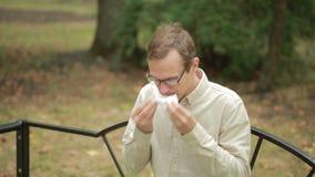 De zakdoek van de jonge mensenholding op neus een mens heeft een slechte koude stock video