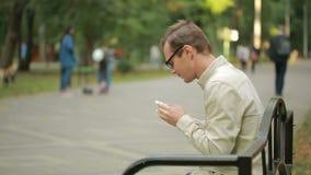 De zakdoek van de jonge mensenholding op neus een mens heeft een slechte koude stock footage