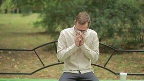 De zakdoek van de jonge mensenholding op neus een mens heeft een slechte koude stock videobeelden