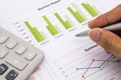 De Zaken en het financiële verslag van de mensenanalyse Stock Foto