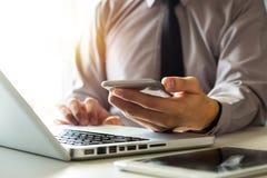 De zaken overhandigen Online het Winkelen betalingenconcept stock afbeelding
