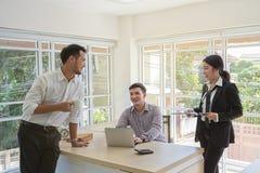 De zakenlieden bespreken zaken Triozaken Mensen die de overeenkomst bespreken Bedrijfsmensen tijdens een vergadering in royalty-vrije stock fotografie