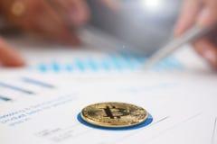 De zakenlieden bestuderen close-up van de documenten de digitale munt royalty-vrije stock foto's
