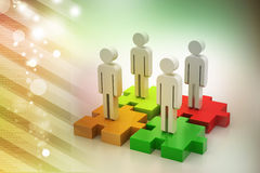 De zakenlieden bevinden zich op verschillende gekleurde raadselstukken Stock Fotografie