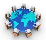 De zakenlieden die op stoelen en lijst met wereld zitten brengen in kaart Stock Afbeeldingen