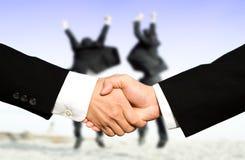 De zakenlieden die van het succes handen schudden Stock Foto