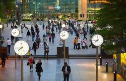 De zakenlieden die van LONDEN, het UK Canary Wharf door het vierkant lopen royalty-vrije stock afbeeldingen