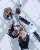 De zakenlieden in een modern bureau ondertekenen een contract stock afbeelding