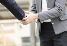 De zakenlieden en de vrouwen komen overeen om zaken te doen samen, vertrouwensconcept Stock Afbeeldingen