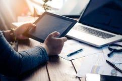 De zakenlieden gebruiken hun mobiel om met laptop te werken Stock Afbeelding