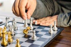 De zakenlieden gebruiken schaakideeën - bedrijfs planningsideeën stock afbeeldingen