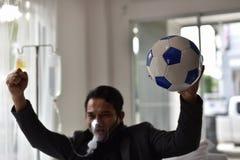 De zakenlieden hebben nog een toejuiching voor voetbal stock foto