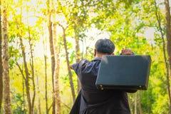 De zakenlieden investeren in bossen stock foto