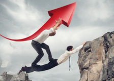 De zakenlieden overbruggen het samenwerken voor het succes van collectief Stock Afbeelding
