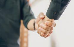 De zakenlieden schudden handen na succesvolle onderhandelingen in zaken, het concept bedrijfsvordering door samenwerking Royalty-vrije Stock Afbeelding