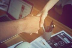 De zakenlieden schudden handen na succesvolle onderhandelingen in zaken, het concept bedrijfsvordering door samenwerking stock foto