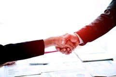 De zakenlieden schudden handengroepswerk, groepswerk, begrip, het werk stock foto