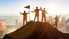 De zakenlieden in voltooiing en groepswerkconcept royalty-vrije stock afbeelding