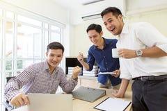 De zakenlieden zijn opgetogen met verhoogde verkoop Zakenman smil royalty-vrije stock afbeelding