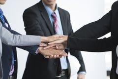 De zakenluihand assembleert collectief vergaderingsgroepswerk Stock Afbeelding