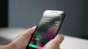 De zakenman bekijkt Bitcoin-prijs deapth grafiek op digitale uitwisseling op het mobiele telefoonscherm, cryptocurrencytoekomst stock footage