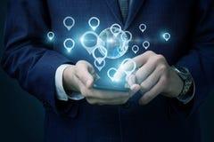 De zakenman bepaalt de plaats op de tablet stock foto