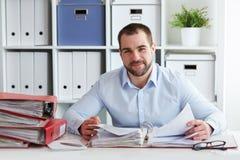 De zakenman berekent belastingen in bureau Royalty-vrije Stock Afbeelding