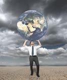 De zakenman beschermt de wereld Stock Fotografie
